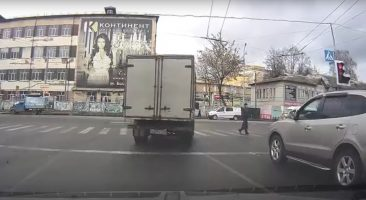 В Брянске водитель грузовика проехал красный сигнал светофора