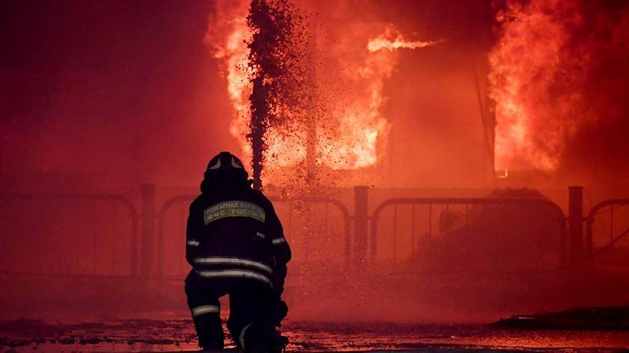 Под Брянском пожарные почти час боролись с огнем