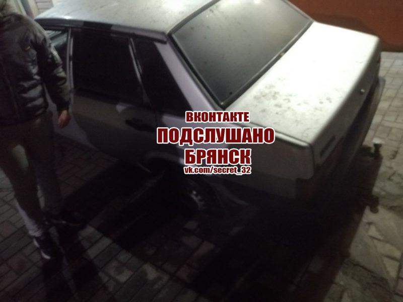 Под легковушкой в Брянске провалилась плитка