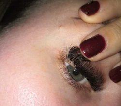 Жительницу Брянска едва не лишили зрения в салоне красоты