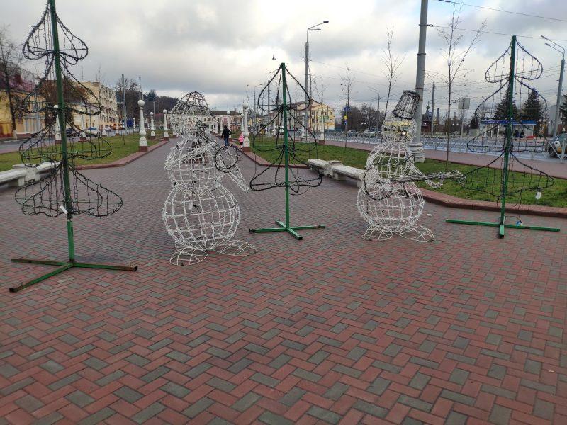 В Семеновском сквере Брянска установили музыкальных снеговиков