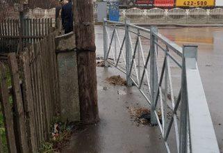 Брянцев возмутил построенный на тротуаре уродливый забор