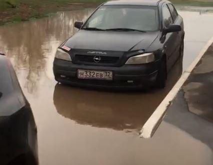 В Брянске во дворе многоэтажки машины затопило кипятком