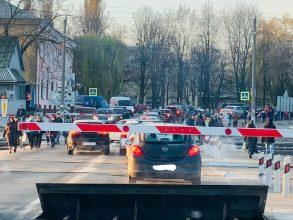В Брянске несколько машин застряли на железнодорожном переезде