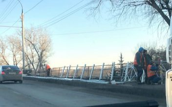 В Брянске на путепроводе в Фокинском районе меняют забор