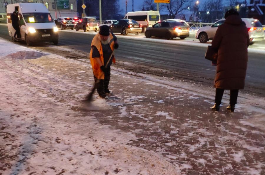 Брянские коммунальщики вышли на уборку снега