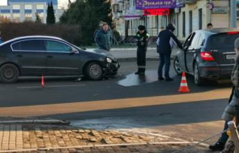 В Брянске на проспекте Ленина разбились две легковушки