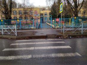 В Брянске при установке уродливых заборов забыли об инвалидах и мамах с колясками