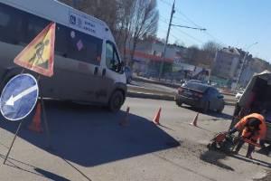 В Фокинском районе Брянска дорожники создали затор на путепроводе