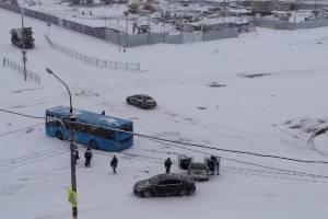В Брянске на старом аэропорту столкнулись автобус и легковушка