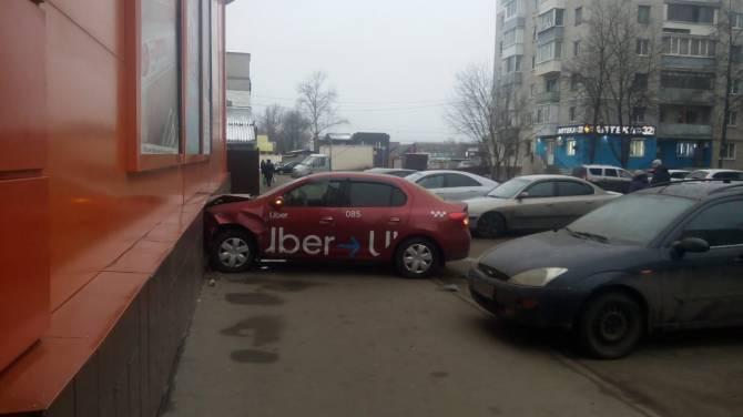В Брянске торговый центр протаранила пьяная таксистка
