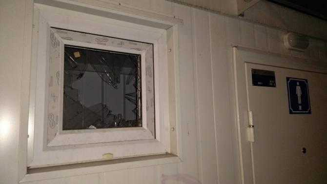 В Брянске вандалы разбили окно в новом туалете в Майском парке