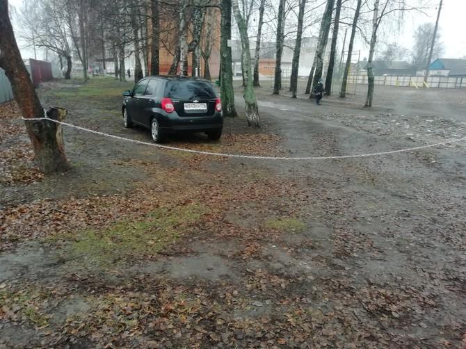 В Трубчевске перегородили цепью дорогу у школы №2