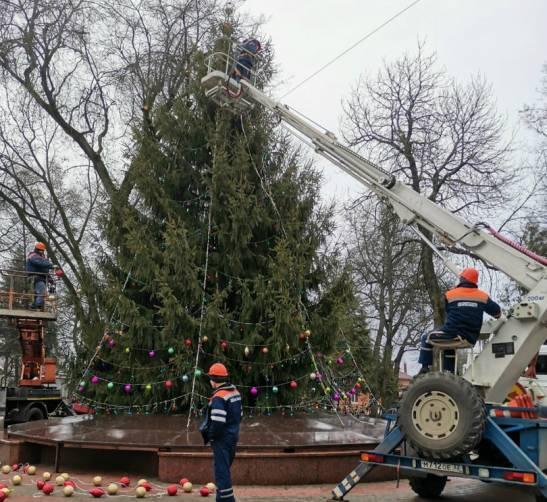 В Брянске главную городскую елку украсили новогодними шарами
