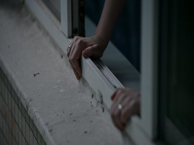 В Брянске голая женщина выпала из окна девятого этажа