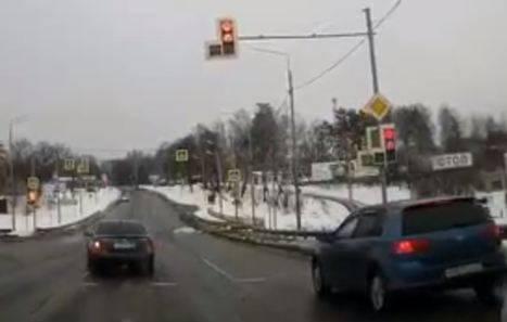 В Брянске проскочившего на «красный» лихача на иномарке сняли на видео
