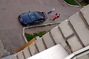 Женщина в красном избила двух ругавшихся во дворе мужчин в Брянске