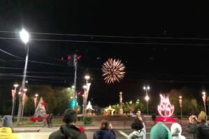 Самоизолировавшиеся брянцы вышли посмотреть на праздничный фейерверк