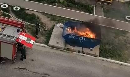 В Брянске подожгли мусорку во дворе многоэтажки