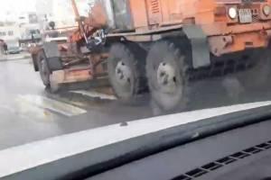 Снегоуборочный грейдер за работой сняли на видео на ровном асфальте в Брянске