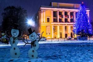 В Брянске на кольце у ДК железнодорожников появились танцующие снеговики
