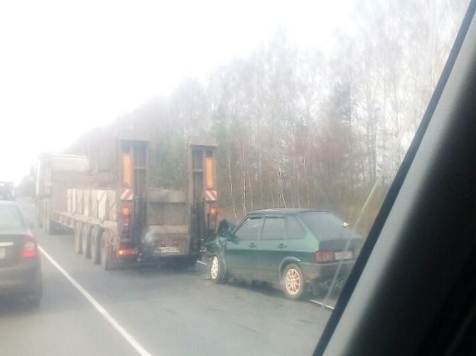 На брянской трассе легковушка влетела в большегруз