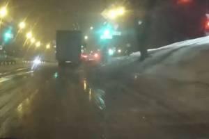 В Брянске грузовик выбросил на обочину такси