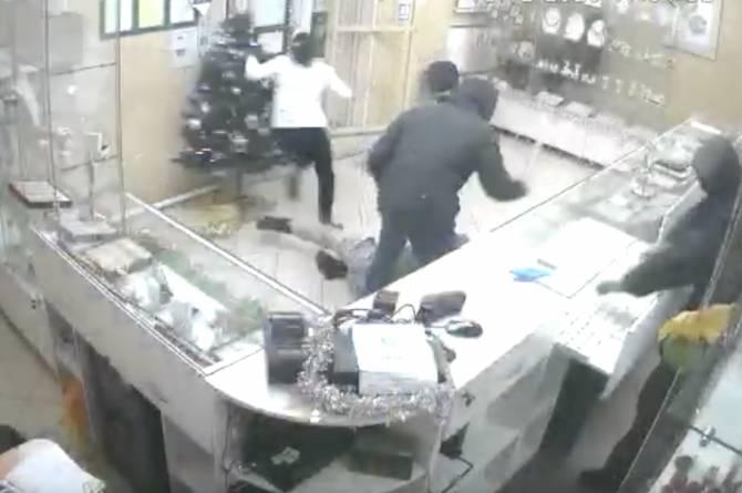На Брянщине трое грабителей напали на ювелирный магазин