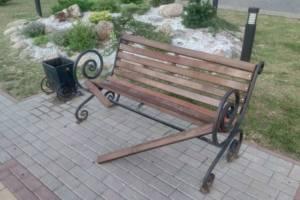 В Брянске неизвестные сломали лавку на Славянской площади