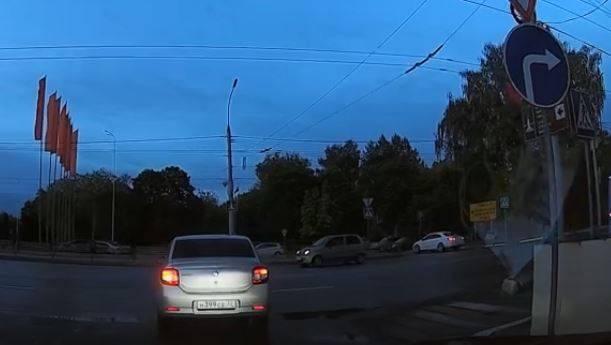 В Брянске водитель Renault рискнул здоровьем на Кургане Бессмертия