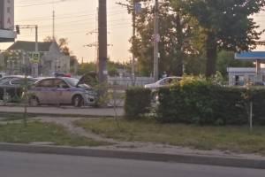 В Брянске полицейский автомобиль протаранил столб