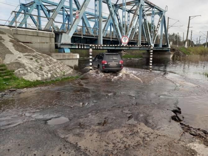 В Брянске после сильного дождя затопило дорогу на Ходаринку