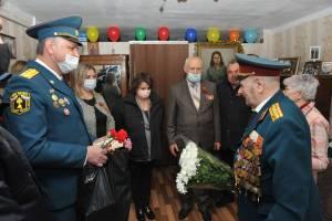 В Брянске пламенно поздравили ветерана пожарной охраны