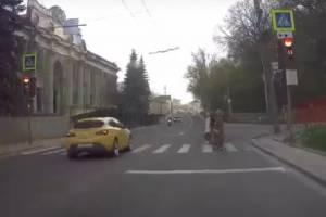 В Брянске лихач едва не угробил пешеходов на «зебре»