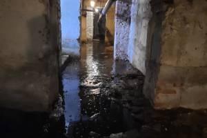 В поселке Суземка затопило подвал в доме на улице Брянской