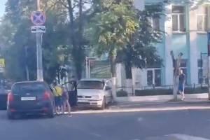 В Брянске возле железнодорожного техникума столкнулись легковушки