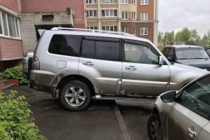 В Брянске сняли на фото наглую парковку на тротуаре