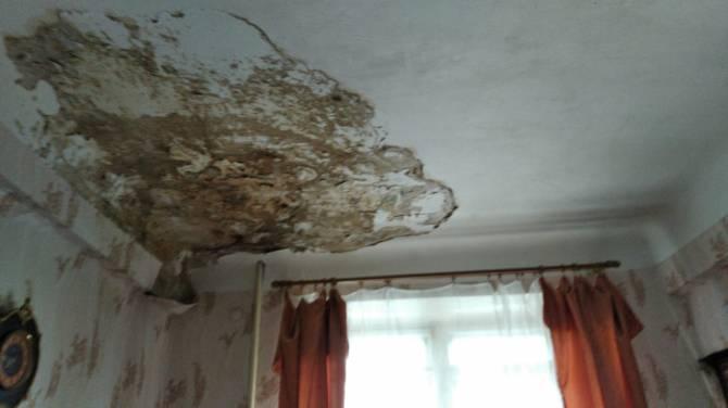В брянском общежитии на Набережной пять лет живут с «дырявой» крышей