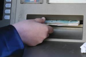 В Почепе мужчина прикарманил забытые в банкомате 7 тысяч рублей