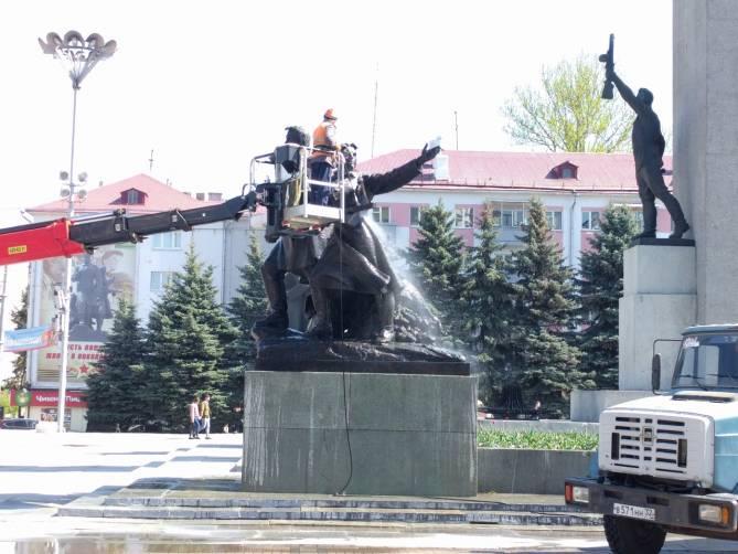 В Брянске к празднику помыли памятник на площади Партизан