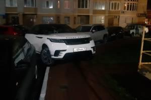 В Брянске автохам на RangeRover заехал на тротуар