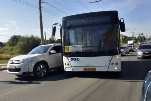 В Брянске у «Аэропарка» попал в аварию автобус №31