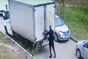 В Брянске водитель фургона открытой дверью повредил легковушку