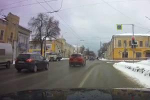 В Брянске на набережной сняли на видео наглый проезд Mazda на красный