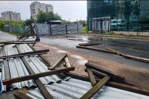 В Брянске на улице Крахмалёва сильный ветер снес забор