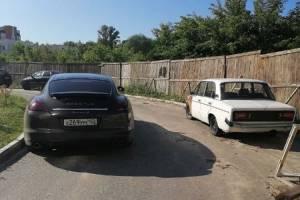 На улице Романа Брянского водитель Porsсhe перекрыл дорогу
