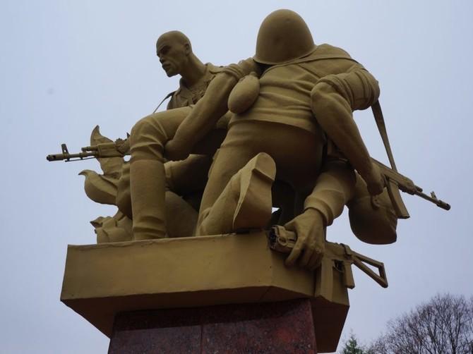 В Брянске начали ремонтировать поврежденный памятник воинам-афганцам