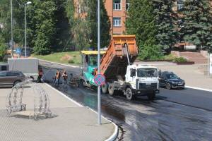 В посёлке Рогнедино уложили асфальт на центральной улице