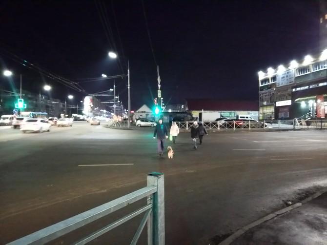 На перекрестке в центре Брянска едва не погибли несколько пешеходов