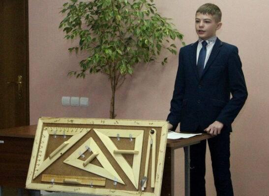 Брянский девятиклассник создал набор чертежных инструментов